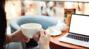femme thé ordinateur salon appartement lumineux