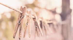 épingles sur une corde à linge pour le ménage du printemps dans appartement Kangalou