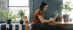 jeune femme étudiante appartement livre lire plantes lumière kangalou